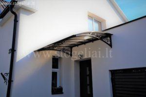 kampinis stogelis virš lauko durų su ornamentais